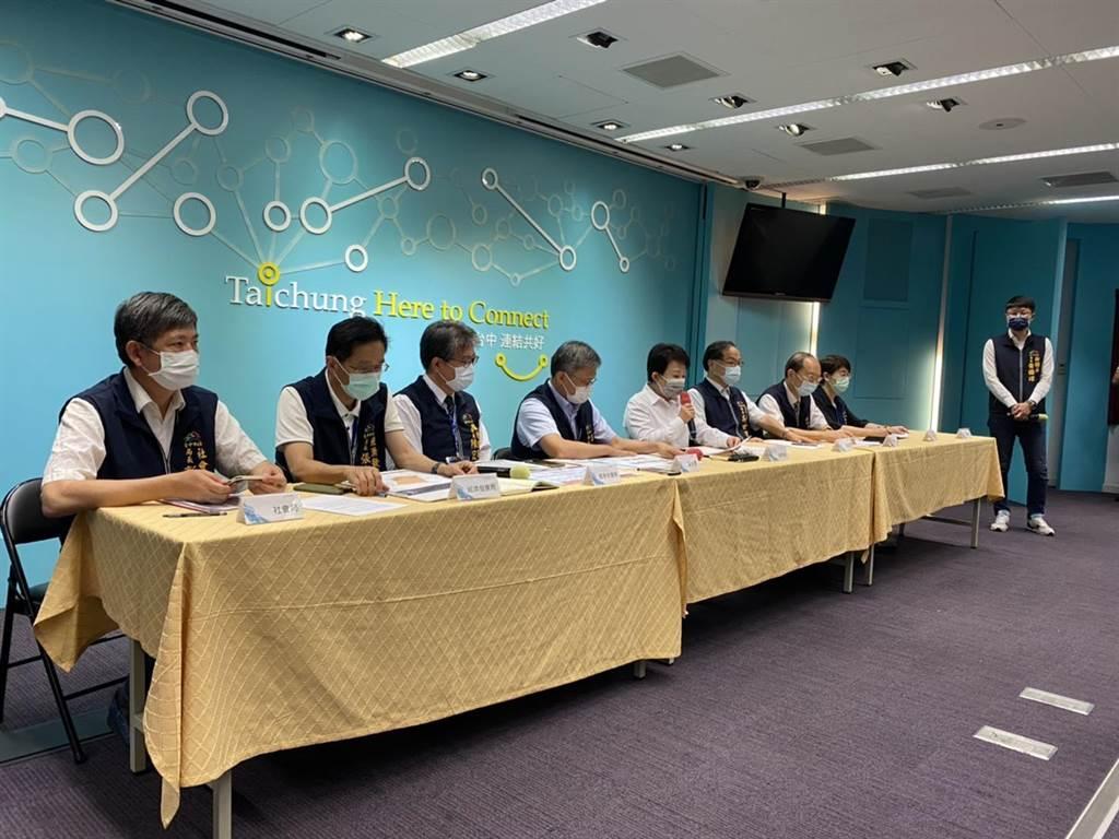 台中市長盧秀燕15日召開緊急記者會,公布加緊加嚴的防疫措施。(馮惠宜攝)