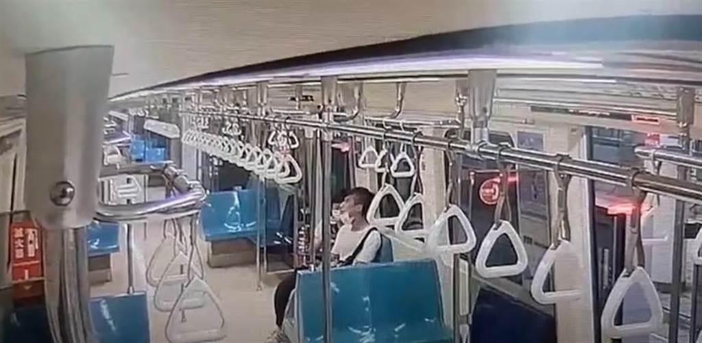 調閱監視器後,認定李男夫妻確實未遵守規定,將由台北捷運公司,依違反傳染病防治法移請主管機關開罰。(圖/翻攝影片)