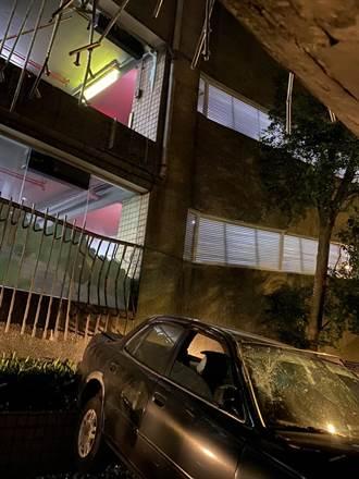 婦人開車恍神誤踩油門 停車場2樓撞圍欄墜路面