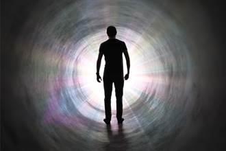 染疫翁心臟骤停被救回 目击死后世界惊呼:隧道有光