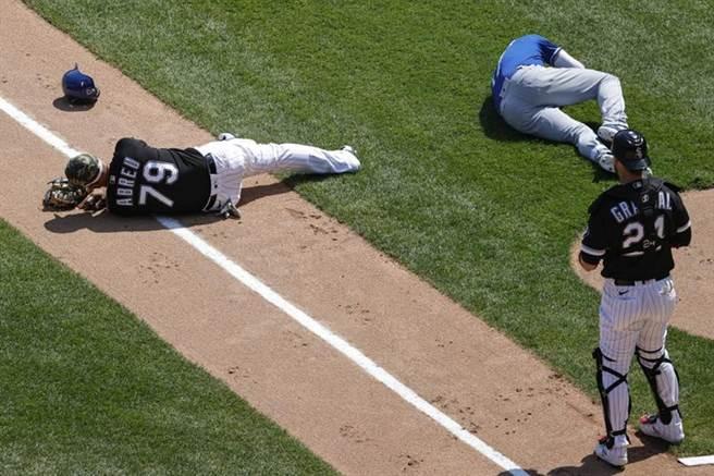 白襪一壘手阿布瑞尤(左)衝向本壘接球,迎面撞上皇家打者多希爾(右),兩人倒地不起。(美聯社)