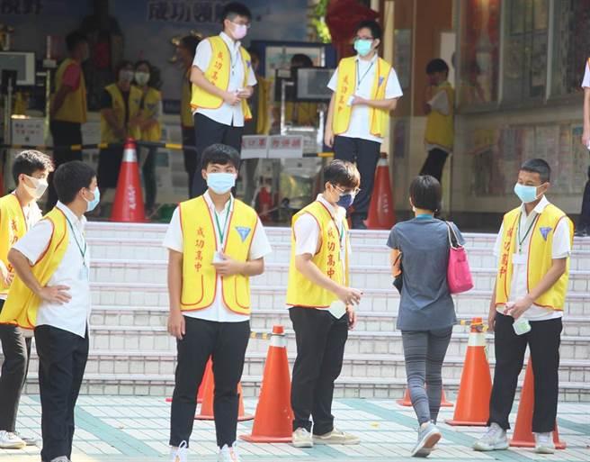國中會考15日登場,因新冠肺炎疫情升溫,採取高規格防疫措施,考生雙手須酒精消毒、全程佩戴口罩並且不開放陪考。(張鎧乙攝)