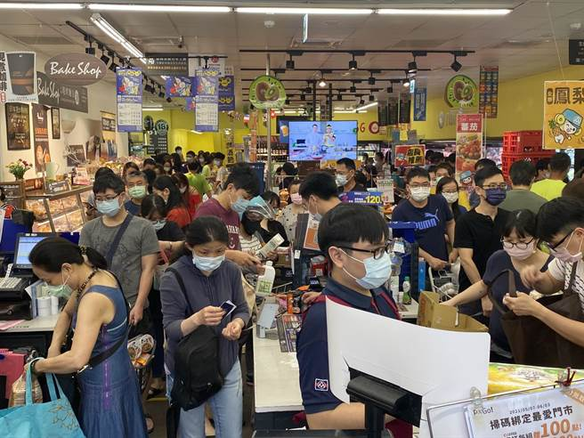 記者實際走訪店家,出現大批搶購潮,結帳收銀台根本無法保持社交距離,更無啟動人流管制。(游念育攝)
