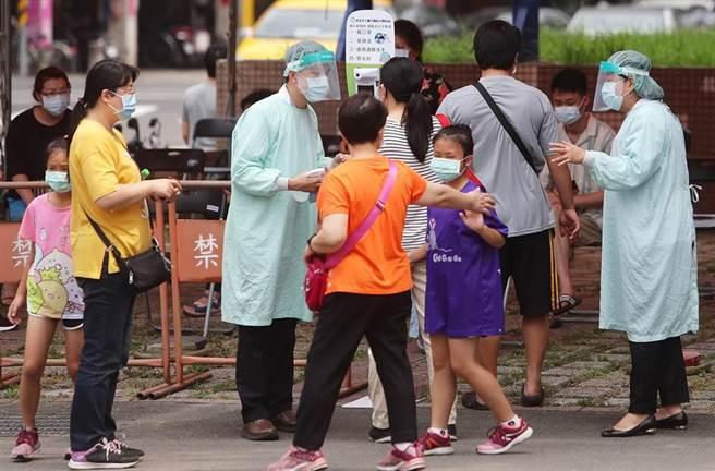 萬華區的居民人心惶惶,昨天更傳出快篩排隊要5小時。(本報資料照片)