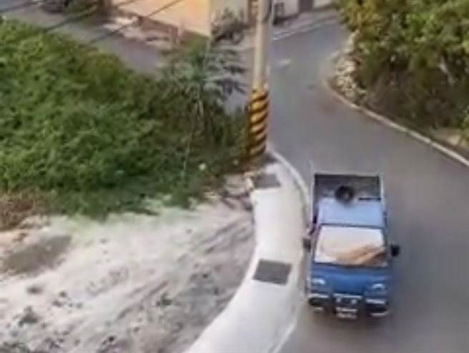 彰化一名里長雇用宣傳車沿街放送確診者疫情,呼籲接觸者注意健康安全。(民眾提供/王文吉彰化傳真)