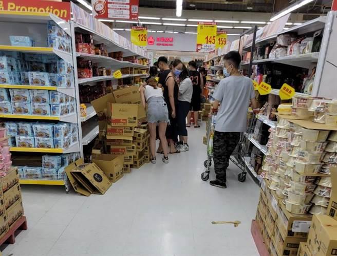 疫情升溫讓民眾恐慌,周末到大賣場搶購泡麵衛生紙。(民眾提供/邱立雅竹市傳真)