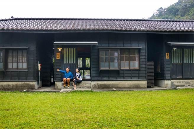 日式復古的一排宿舍被遠方山景與翠綠草皮綠意包圍,就像回到鄉下的家。(圖/行遍天下提供)