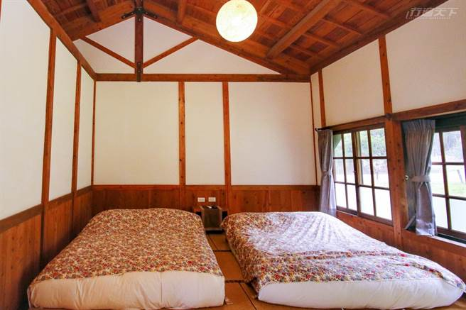 以台灣木材搭配榻榻米設計客房,並以鏤空拉門與泡茶區區隔。(圖/行遍天下提供)