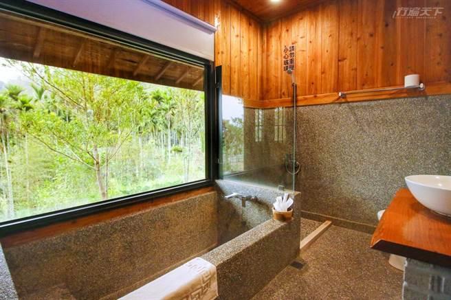 抿石子下沉式大浴缸面對青翠山林景觀窗,泡澡時格外放鬆。(圖/行遍天下提供)