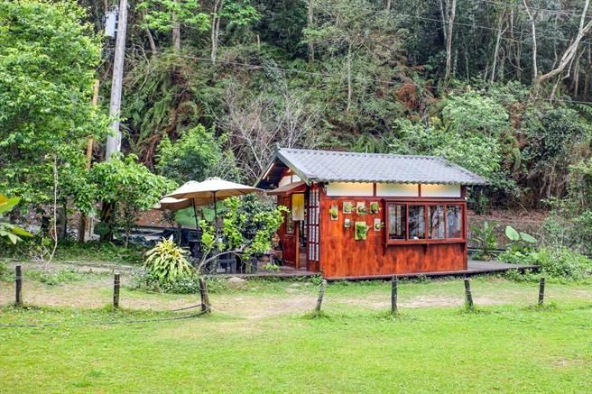 可愛的小木屋咖啡館是阿豪參考了許多建築圖片之後,自己設計搭建的。(圖/行遍天下提供)