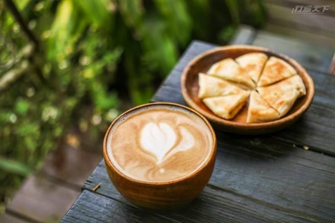 拿鐵咖啡配上 烤餅,中西相遇激盪出美味的火花。(圖/行遍天下提供)