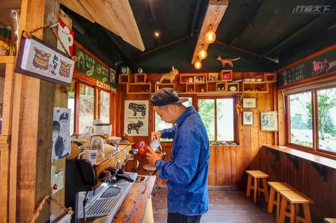 阿豪每天親手煮出滿室咖啡香,陪伴客人度過山居歲月。(圖/行遍天下提供)