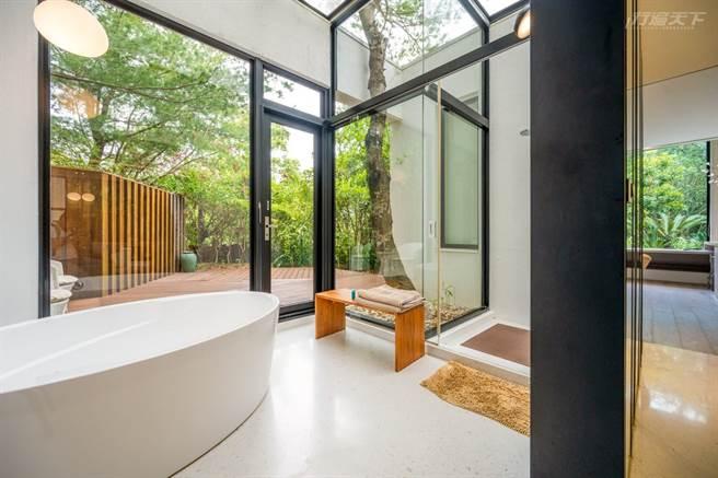 D大調松雲小提琴協奏曲Villa有私密小花園,在玻璃天井大浴缸泡澡,與森林合一。(圖/行遍天下提供)