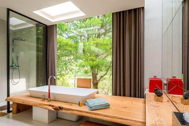 B小調松波法國號幻想曲Villa浴缸 嵌入3公尺長的黃梨木中,猶如沐浴森林中。(圖/行遍天下提供)
