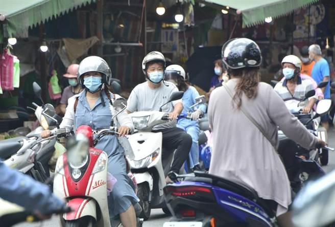 外媒報導,台北市與新北市宣布進入第三級警戒,民眾出門口罩必須戴好戴滿。(圖/中央社)