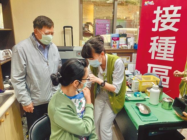 目前全台累計接種新冠肺炎疫苗亦不到總人口數1%。圖為南投縣民眾接種AZ疫苗。(本報資料照片)