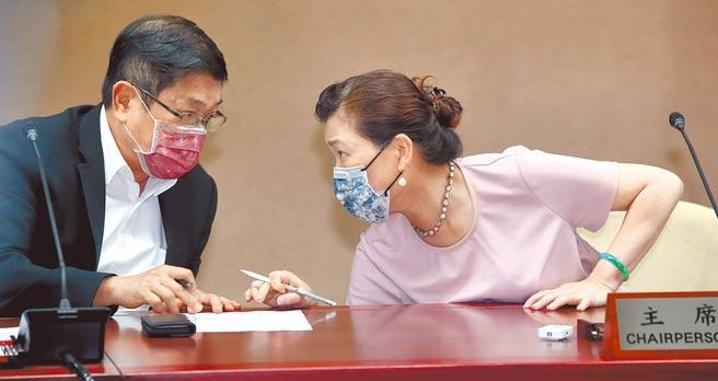 經濟部長王美花(右)與台電董事長楊偉甫(左)14日出席說明513大停電事故調查結果,初步調查原因是人為疏失,兩人在現場互相交換意見。(鄭任南攝)