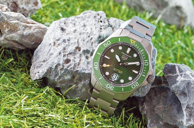 泰格豪雅在W&W表展上釋出一款Aquaracer Professional 300米綠面自動腕表,13萬8000元。(TAG Heuer提供)