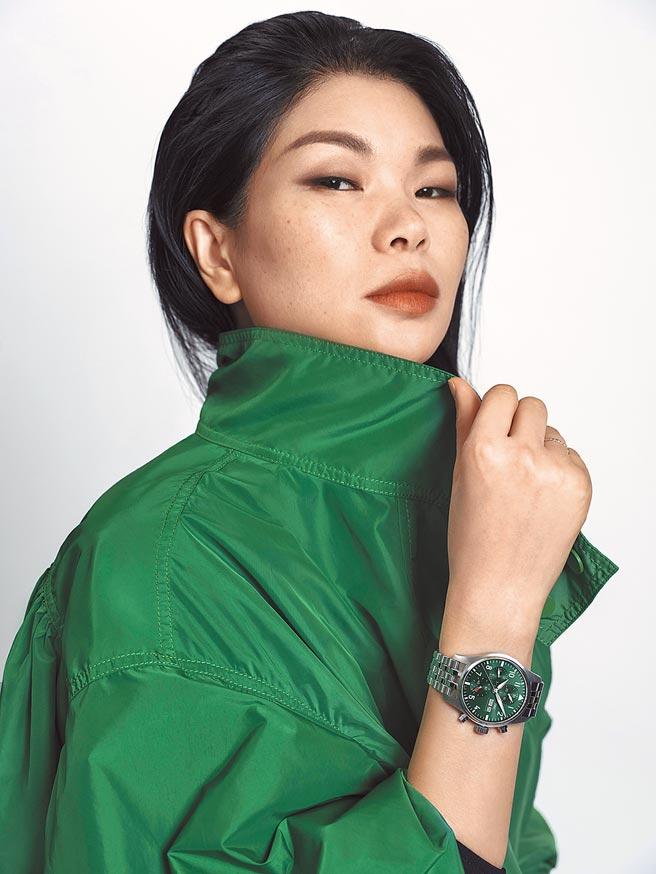 IWC邀大陸名模呂燕代言,詮釋飛行員系列計時腕表41綠面表的時尚品味。(IWC提供)