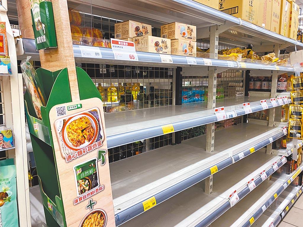 防疫升級三級掀起全台賣場搶購潮,全聯門市泡麵架即數度被掃光。圖/李麗滿