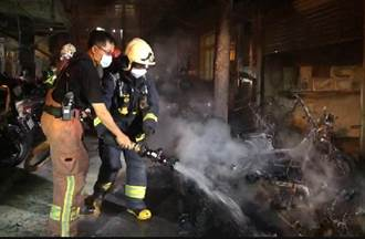 板橋凌晨驚傳駭人巨響 住戶驚醒一看整排機車在燃燒