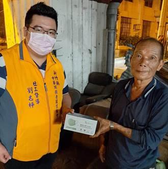 新竹縣中華照顧者關懷協會贈街友口罩防疫