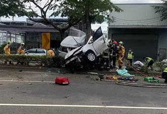 轎車攔腰折半卡路樹 大里驚悚車禍2人命危