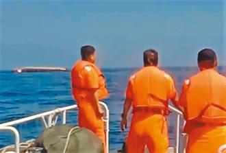 大陸抽砂船翻覆 海巡馳援救起5人
