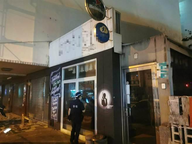 台南市警六分局員警查察轄內娛樂場所有無確實配合防疫政策暫停營業。(讀者提供/洪榮志台南傳真)