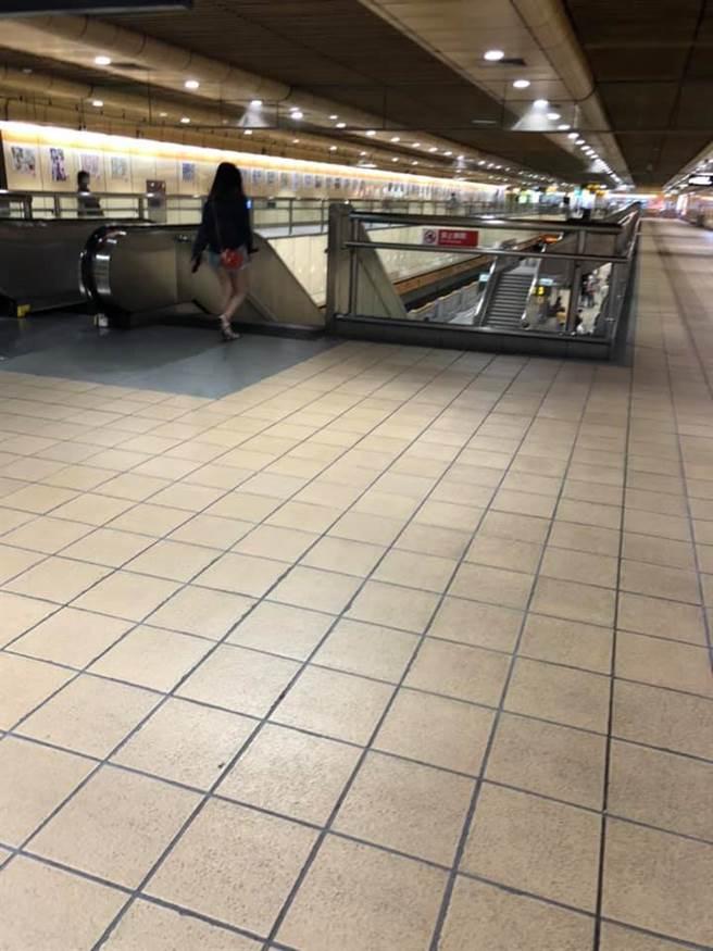 台灣單日爆增180例民眾嚇歪,尖峰時間的捷運站也空蕩蕩的。(圖/翻攝自路上觀察學院)
