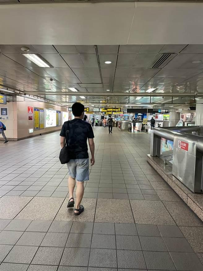 以往塞滿旅客、通勤族的台北火車站,星期六晚上竟然幾乎沒有人。(圖/翻攝自路上觀察學院)