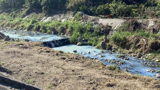 台中旱溪豐原段遭廢水汙染,水質呈現乳白色,空氣瀰漫刺鼻臭味。(王文吉攝)
