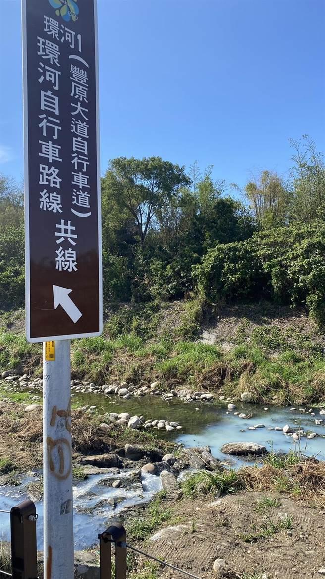 遭汙染的河道緊鄰旱溪環河自行車道。(王文吉攝)