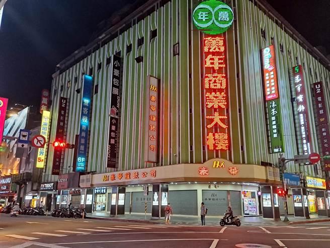 單日爆增180例本土,讓不少台灣人嚇到了,原本人潮擁擠的西門町,如今變空城。(圖/張哲生提供)