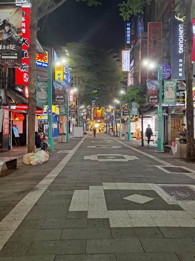 疫情升溫,西門町的街道空蕩蕩的,與過去熱鬧的場景落差很大。(圖/張哲生提供)