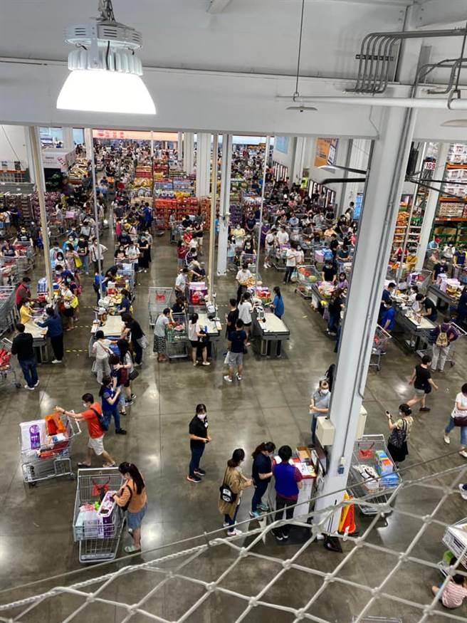 圖為好市多新竹店,人潮爆炸,人多到排到肉品區。(翻攝自 Costco好市多 商品經驗老實說)
