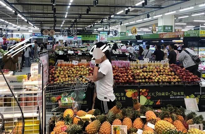 一名高雄網友凌晨2時前往大賣場,結果發現現場人潮眾多,讓他驚呼:我只是想買條吐司!(照片翻攝臉書社團《爆怨2公社》)
