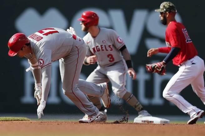 天使隊大谷翔平(左)衝向二壘時才發現前面的跑者沃德(中)還停在二壘,急忙折返一壘失敗。(美聯社)