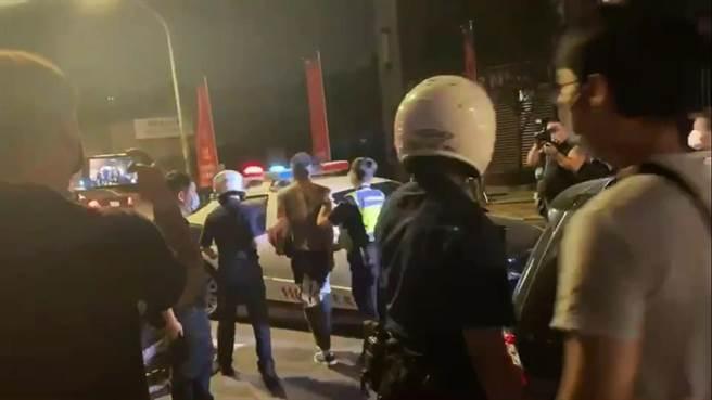 警方逮捕鬥毆民眾。(王揚傑翻攝)