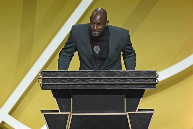 就算來到籃球名人堂頒獎台上,賈奈特仍然不改愛噴垃圾話風格。(美聯社)