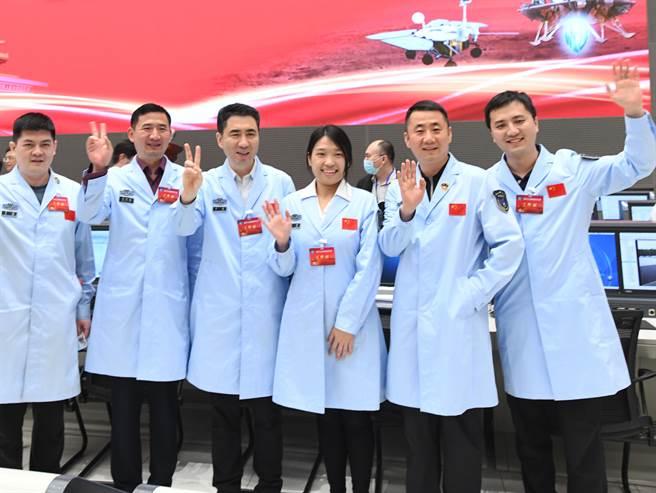 La primera misión de exploración de Marte del continente aterrizó con éxito en Marte. Los investigadores espaciales chinos celebraron la finalización de la misión en el Centro de Control de Vuelo Aeroespacial de Beijing.  (Foto / Agencia de Noticias Xinhua)