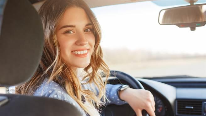 大陸一名女子購買新車後因功能太多記不住,將車內貼滿標籤。圖片為示意圖非本人。(圖/shutterstock)