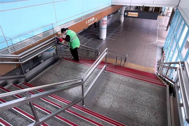16日下午2時的文湖線忠孝復興站僅零星民眾搭乘,清潔人員仍按時消毒樓梯扶手。(黃世麒攝)