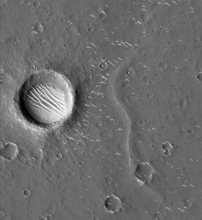 大陸太空工業進展迅速,圖為近期拍攝到的火星表面高清圖像。(圖/新華社)