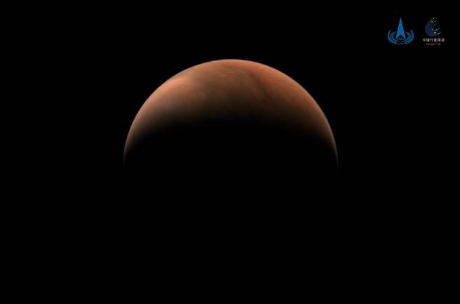 大陸官媒《新華社》論稱,中國「無意參與所謂太空領導權的競賽」,將會致力於「揭開宇宙的秘密,為人類和平利用太空做出貢獻」。(圖/新華社)