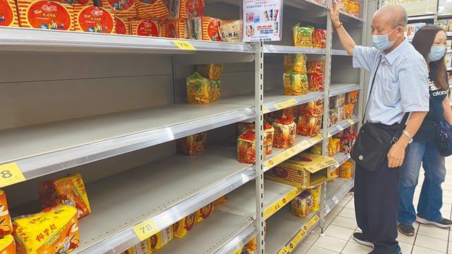 雙北防疫升級三級警戒,連帶引發中部民眾恐慌,泡麵區部分品項被搬空。(王文吉攝)