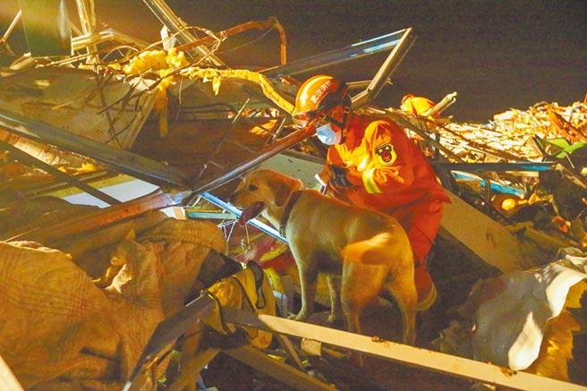 大陸湖北武漢14日晚突然發生龍捲風,造成8人死亡。圖為救難人員在現場搜救。(新華社)