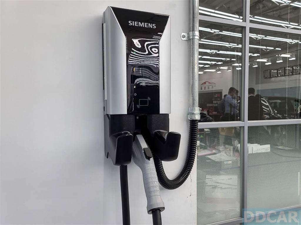 西門子 AC 電動車用充電器在台上市:48A 輸出充電快 1.5 倍,支援 Wi-Fi 與 APP 控制功能