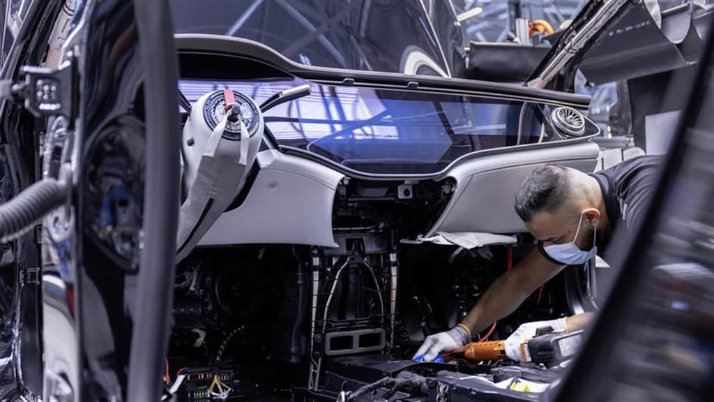 續航 770 公里的賓士電動車 EQS 在德國開始生產,秋季上市