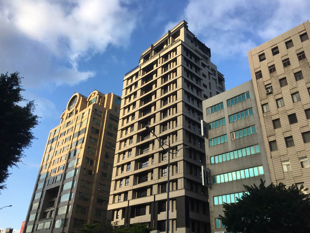 百萬單價行情的「文華匯」,今年2月8樓戶以5050萬轉手,屋主賺了520萬價差。(葉思含攝)